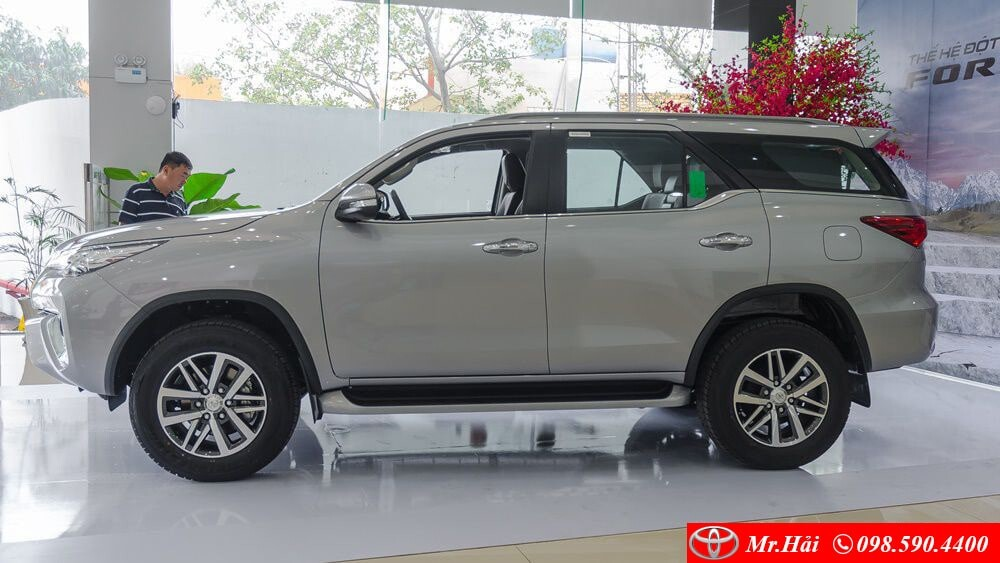 Toyota Fortuner máy dầu 2.8ảnh chụp ngang