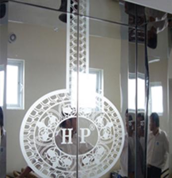 Cánh cửa tầng trệt : Inox hoa văn - có lôgô DNTN Hưng Phát - Phan Thiết