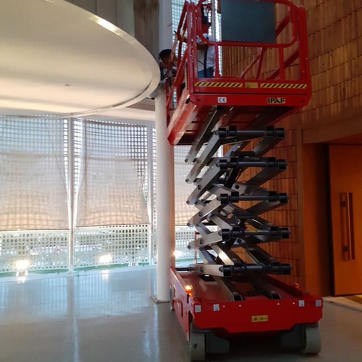 Thang nâng người ziczac 8m tải 450kg tự hành của Noblelift