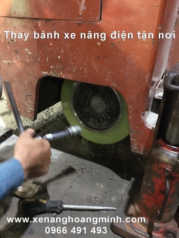 Sửa xe nâng điện- thay bánh xe điện PU 330x145