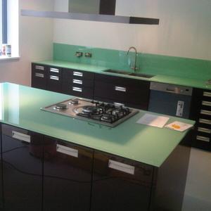Thi công kính màu mặt bàn bếp Quận Long Biên Hà Nội