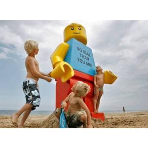 Tìm câu trả lời cho bí ẩn của bức tượng Lego khổng lồ dạt biển