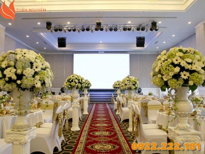 Bàn ghế đám cưới phù hợp cho người Mệnh Mộc