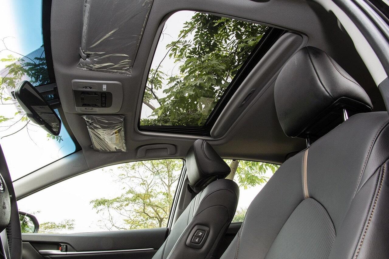 Cửa sổ trời trên Toyota Camry 2019