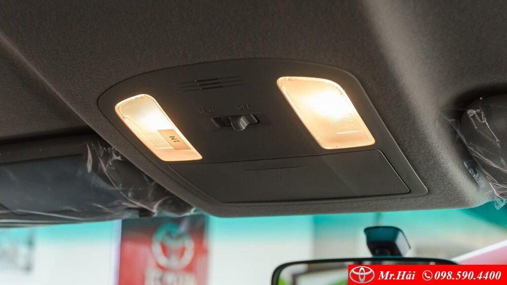 Đèn trần và khay để kính trên xe Fortuner