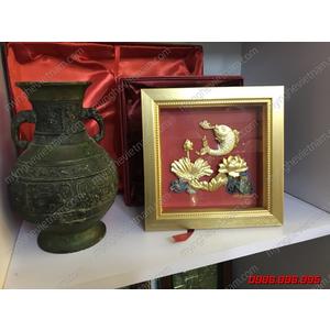 Tranh cá chép hoa sen nhả ngọc 20x20cm dát vàng
