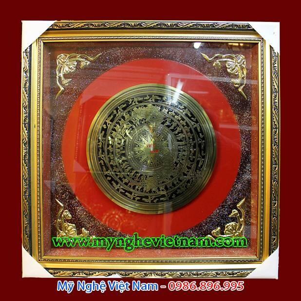 Tranh đồng mặt trống đồng ăn mòn bản đồ Việt Nam kích thước 60x60cm, gồm 4 góc dơi khung tranh bằng đồng cao cấp. Sản phẩm phù hợp tặng quà đối tác