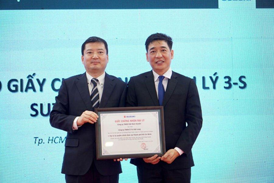 Tổng giám đốc Suzuki Việt Nam ông Takahara  trao giấy chứng nhận đại lý Suzuki chính hãng 3S cho Suzuki Việt Long
