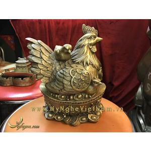 Tượng gà mái và đàn con nằm trên tiền vàng phong thủy