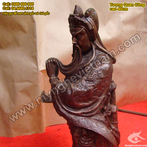 Tượng quan vân trường đứng cầm đao cao 40cm, tượng quan công đứng vuốt râu đúc bằng đồng giả cổ nâu đỏ mắt cua. Tượng dùng trong chấn trạch phong thủy và cầu tài lộc
