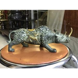 Tượng tê giác bằng đồng giả cổ dài 25cm.