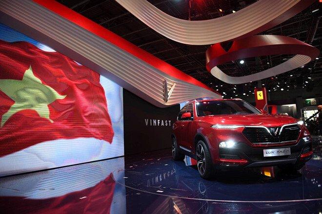 Hình ảnh lá cờ đỏ sao vàng tung bay cùng mẫu SUV của VinFast tại Paris Motor Show đã làm rạo rực trái tim hàng triệu người Việt Nam.