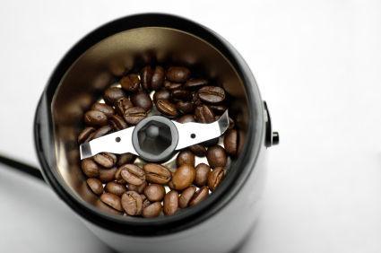 Xay hạt cà phê bằng máy xay động cơ