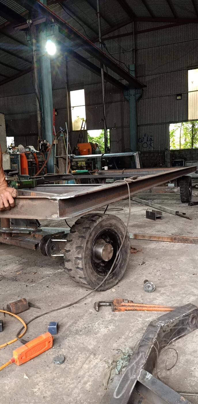 Xe kéo hàng trong kho bãi, nhà xưởng