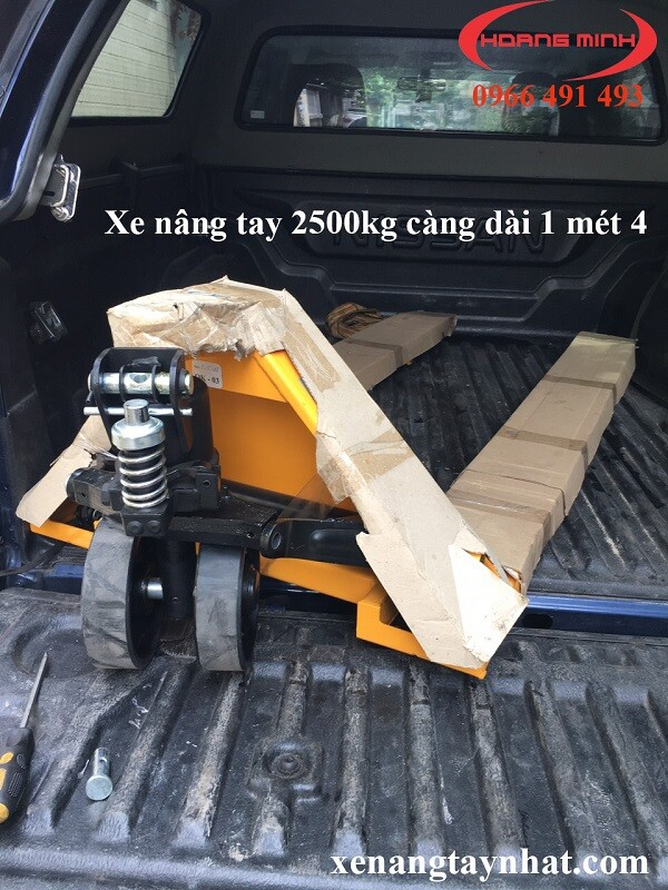 xe-nang-tay-2500kg-cang-dai-1400mm-gia-re