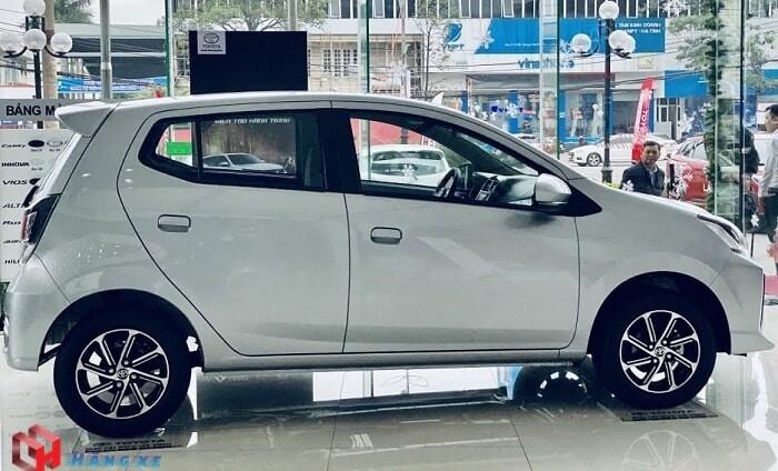 ngoại thất hông xe toyota wigo 2021 màu bạc
