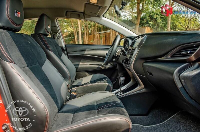 Nội thất xe Toyota Vios GRS 2021với ghế da lộn chỉ may màu đỏ